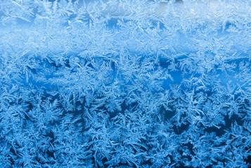 Natürlich entstandene Eisblumen / Eiskristalle auf Fensterscheibe im Winter, Textur, Hintergrund, Weihnachten, xmas