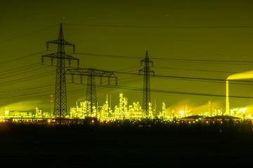 Chemiefabrik Leuna, Raffinerie mit vielen Lichtern entlang der Rohre und Gebäude
