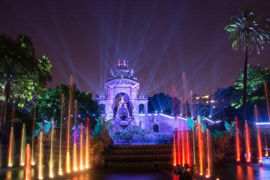 Parque de la Ciutadella en barcelona de noche y iluminado