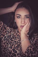 bellissma ragazza marocchina con occhi neri posa per ritratto