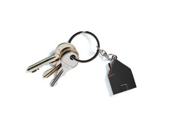Schlüssel mit Schlüsselanhänger in Hausform, freigestellt auf weißem Hintergrund