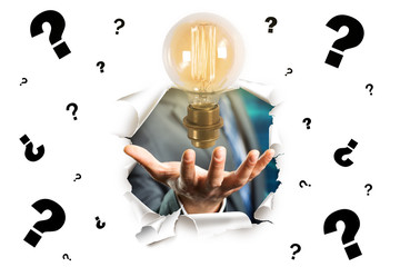 Hand präsentiert Idee zu vielen Fragezeichen auf weißem Hintergrund