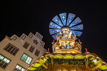 Eine Pyramide auf dem Weihnachtsmarkt in Rostock