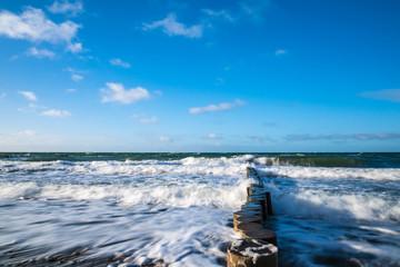 Fototapete - Buhnen an der Küste der Ostsee an einem stürmischen Tag