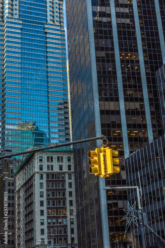 Fototapete Traffic light in the background of skyscrapers. New York