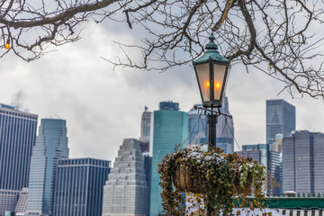 Fototapete - street lantern on the background of Manhattan in winter