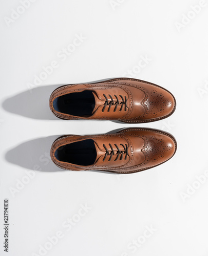 140bd4d1ab Zapatos casuales para hombre sobre fondo blanco con toma cenital y sombras