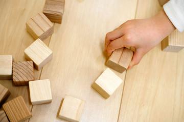 ブロックの積み木と子供