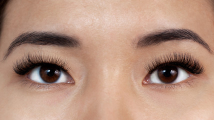 girl with extensible eyelashes