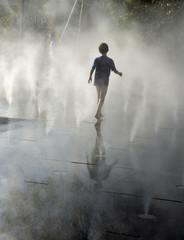 Enfant à la fontaine en été