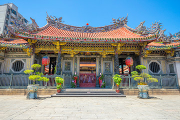 Foto auf Acrylglas Tempel People walking in front of the gate of Longshan Temple in Taipei, Taiwan