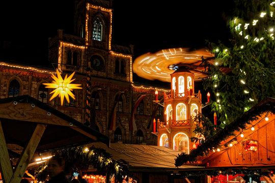 Weihnachtsmarkt in Weimar mit Rathaus