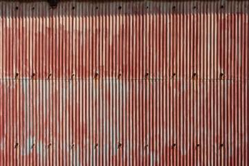 塗装の剥げた赤いトタン板