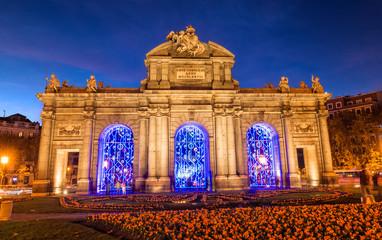 Puerta de Alcalá en Madrid iluminada en navidad