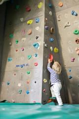 Indoor Rock Climbing with kid. Klettern mit Kind in Kletterhalle.