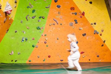 Little child indoor climbing. Kleines Kind in Kletterhalle.