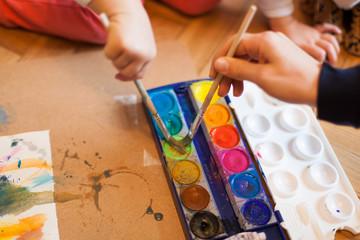 Creative child painting with Watercolors. Kreatives Kind malt mit Wasserfarben.