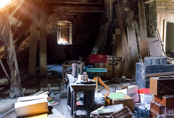 Alter Dachboden Speicher mit Gerümpel und Sperrmüll
