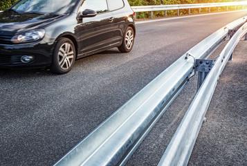 Neue Leitplanke an Autobahnabfahrt - Sicherheit Schutzplanke Leitschiene Straße - Crash Barrier