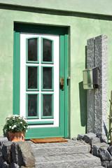 Hauseingangsbereich in einer verputzten Wohnhaus-Fassade