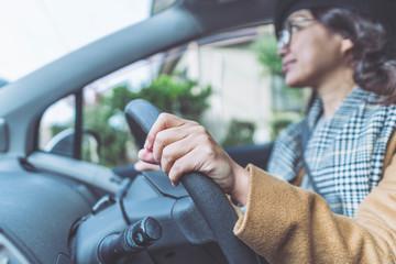 車を運転するアジア女性
