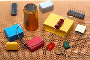mehrere Elektronikbauteile auf Platine