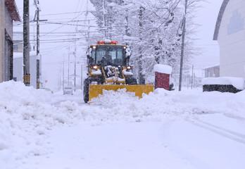 道路を除雪する除雪車