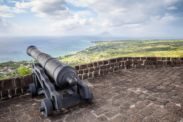 Cannon faces the Caribbean Sea at Brimstone Hill Fortress on Saint Kitts Fototapete