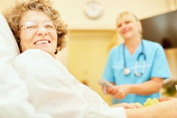 Senior Frau wird in häuslicher Pflege betreut