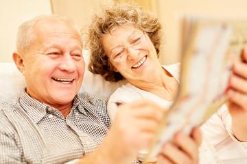 Senioren Paar hat Freude am Gedächtnistraining