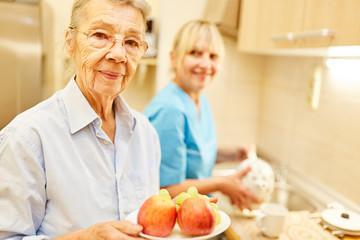 Seniorin und eine Pflegedienst Frau
