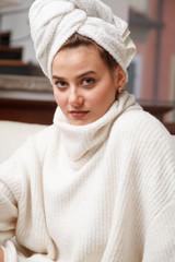 bella ragazza con turbante sulla testa