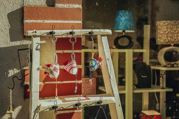 Souvenir (petits oiseaux) à Clisson, dans le vignoble près de Nantes, Bretagne, France. Architecture typique de style italien rappelant une ville toscane. Muscadet. Fototapete