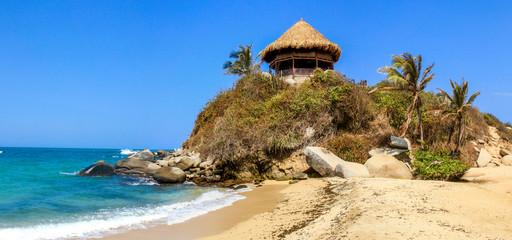 Hütte an einem Traumstrand im Nationalpark Tayrona an der Karibikküste von Kolumbien