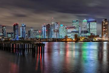 Die Skyline von London bei Nacht, das Bankenviertel Canary Wharf an der Themse und die Docklands Fototapete