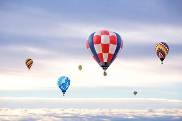 雲を背景に浮かぶ複数の熱気球。希望、夢、ノンビリ、スローイメージ