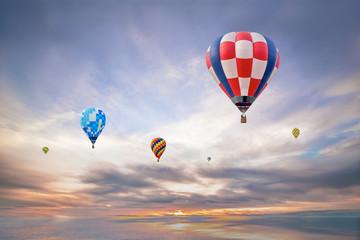 朝日の空をフライトする数機の熱気球。夢、ノンビリ,スローイメージ