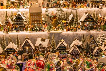 Casette in miniature e sfere di vetro ai tradizionali mercatini di Salisburgo in Austria