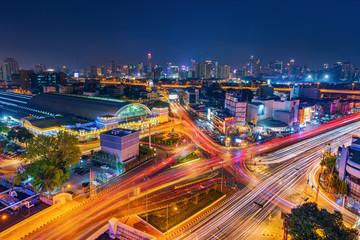 traffic at Hua Lamphong intersection and Hua Lamphong railway station at night in Bangkok, Thailand Fotomurales
