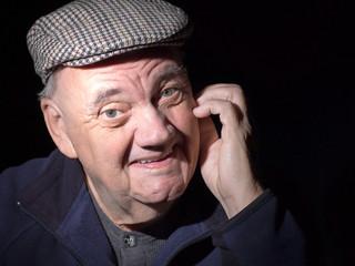 Portrait vieil homme au sourire crispé