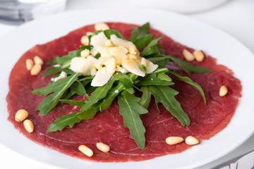 Frisches Rinder-Carpaccio mit Rucolasalat und Parmesan