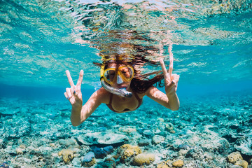 Happy young woman swimming underwater in the tropical ocean Fototapete