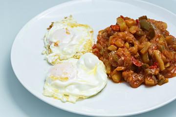 Huevos fritos y pisto de verduras.