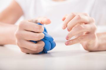 Terapia ręki. Ćwiczenia na sprawność ruchową dłoni i palców.