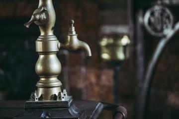 Vieux robinet en cuivre dans une cuisine