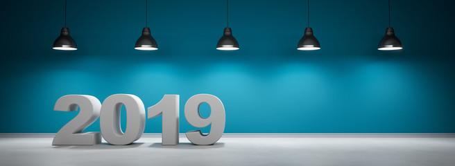 2019 vor blaugrüner Wand mit 5 Lampen