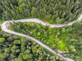 Foto op Aluminium Luchtfoto Highway road in green forest