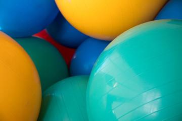 Bunte Pezziball Bälle in Grün, Gelb, Blau im Lager für Gymnastikball Fitness Training zur Balance Stärkung oder als Sitzball zum sitzen
