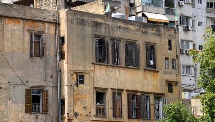 Kriegsspuren an der Fassade eines Wohnhauses in Beirut