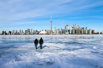 Photo sur Plexiglas Toronto Walking on ice with a city view